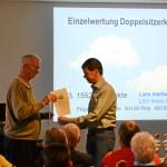 Ein neues Gesicht auf der Siegerehrung DMSt-SH. Lars nimmt seine Urkunde vom SeKo-Vorsitzenden Howard Mills entgegen. 3.Platz Einzelwertung Doppelsitzerklasse, 1552 Punkte