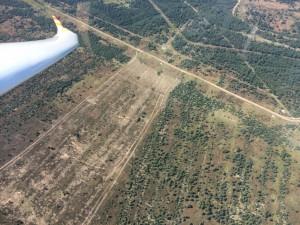 """Immer mal wieder """"unangenehm tief"""" in zerissener Thermik. Hier ein Blick auf das Bombodrome Wittstock, wo sich ganz natürlich wieder Wald bildet."""