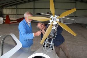 Prüfer Paul Machalinski und Motorseglerwart Eike Witt überprüfen das Klapptriebwerk des DUO DISCUS