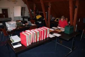 Werner Schmidt kontrolliert alle notwendigen Daten und Einträge.