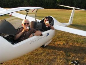 Christoph Schwarz und sein Begleiter Stefan Wischmann stoßen unmittelbar nach Landung überglücklich auf den gelungenen Flug an.