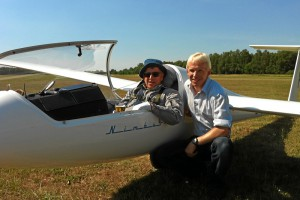 Es ist geschafft: Vater und Sohn fliegen jeweils über 1000 Kilometer mit dem Segelflugzeug! Das große Ziel ist nach jahrelanger Arbeit und unzähligen Versuchen endlich erreicht !