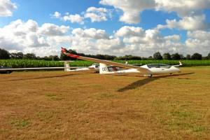 Vor dem Start um zirka 9:00 Uhr. Der DuoDiscus XLT und der Nimbus 3 25.5 M sind so gut wie startklar. Lediglich die Flügelnasen werden noch von Sabine auf Hochglanz poliert.