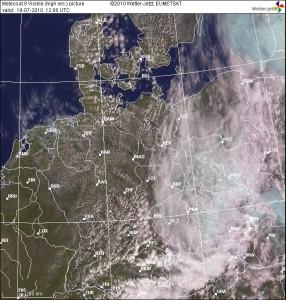 Satellitenbild von 14 Uhr. Gut zu erkennen ist die Wettergrenze im Osten, welche im Tagesverlauf immer weiter ostwärts abzog.