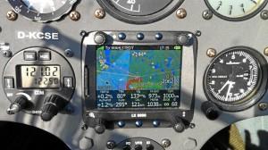 19:15 Uhr MESZ : 1000 Kilometer sind geschafft! Am Instrument LX 8000 erkennt man oben rechts in den unteren beiden Textzeilen die erreichte Flugstrecke von 1000km.
