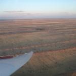 Bild 5: Kurz vor der Landung, gut zu erkennen, die roten Dünen der Kalahari in der Abendsonne