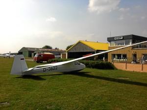 Unsere K8 auf dem Vorfeld auf dem Kropper Flugplatz.