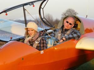 Katharina Gutsche und Fluglehrer Rainer Sabrotzki beim Check vor Katharinas erstem Schulstart.