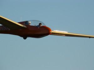 Felix und Fluglehrer Frank Tetens schweben nach Felix' erstem Schulstart zur Landung ein.