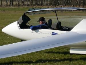 Fluglehrer Klaus Tanneberg nach seiner Landung mit dem Duo Discus.