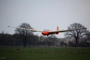 Schulungsdoppelsitzer ASK 13 schwebt zur Landung ein.
