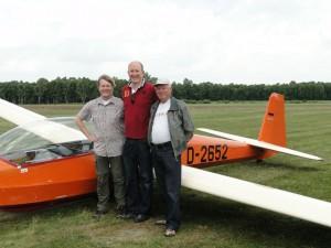 28. Juni 2014, es ist vollbracht. Mit Martin freuen sich sein Fluglehrer Frank Tetens(links) und Klaus Tanneberg(rechts)über die bestandene Prüfung.