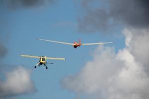 Das Mehrzweckflugzeug WILGA schleppt den Schulungsdoppelsitzer AKS 13 in die Thermik.