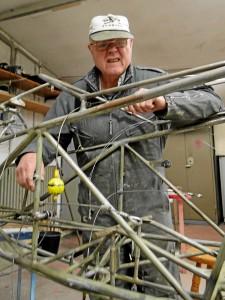 Gerd Küffner leitet mit hohem persönlichen Einsatz die praktischen Arbeiten an.