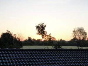 Sonnenaufgang 5:43 Uhr, es hat gefroren, Rauhreif auf dem Dach.