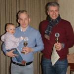 Christoph Schwarz und Sönke Blüthgen bekamen einen Pokal für den punkthöchsten Flug aus Schleswig-Holstein