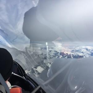 Autobahn zwischen den Wolken