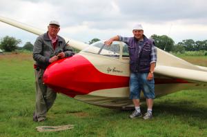 Klaus Tanneberg und Claus Cordes mit dem Bergfalken